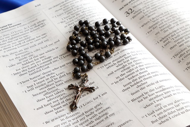 How does a Catholic read the Bible? | America Magazine
