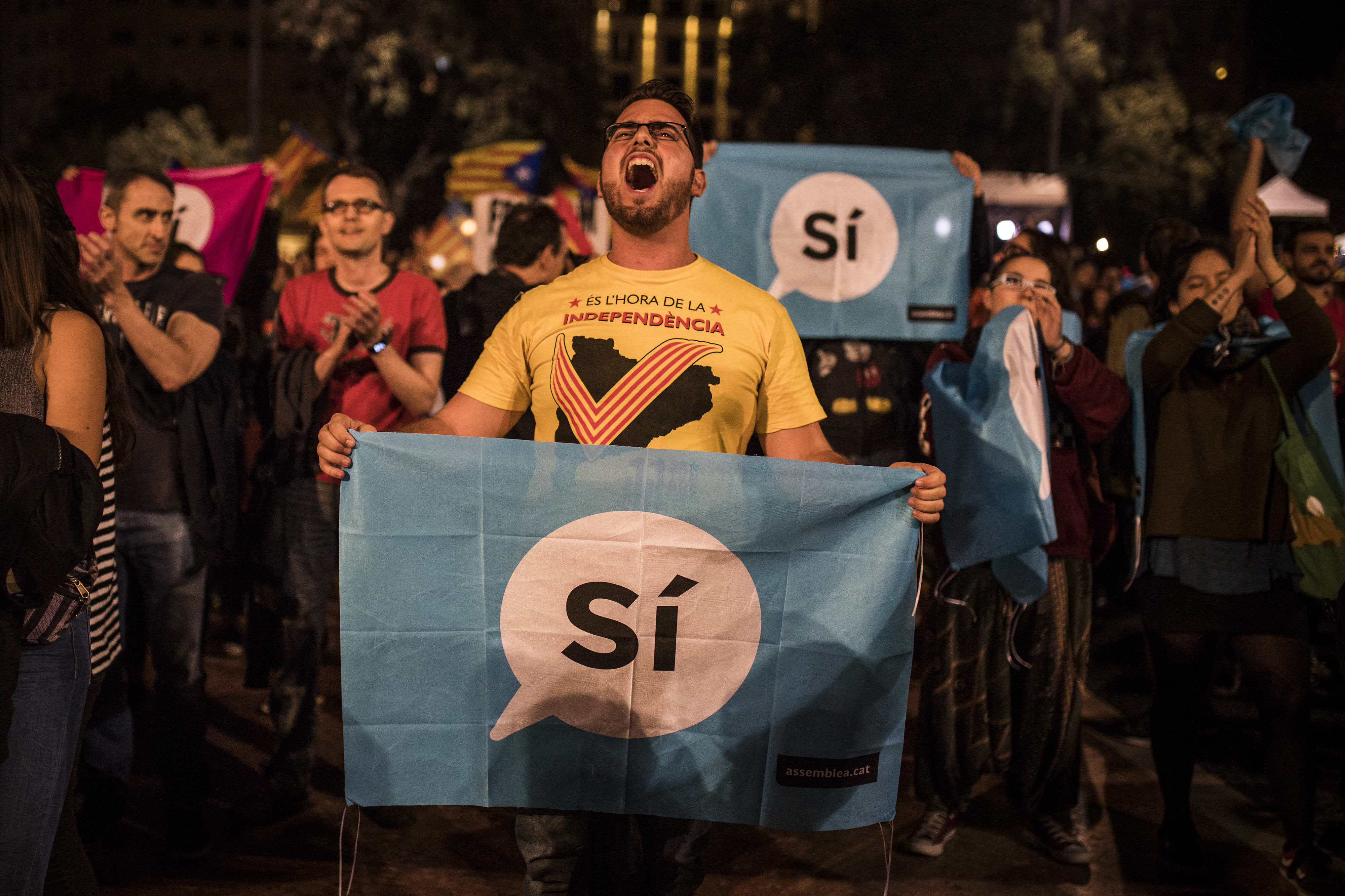 Catalan independence supporters gather in Barcelona's main square on Oct. 1
