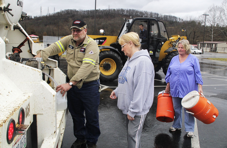 Residents fill up containers of water after chemical spill in West Virginia. (CNS photo/Lisa Hechesky, Reuters)