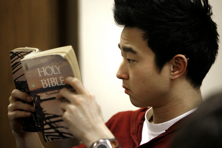 Andy Park looks up a Scripture passage during a 2010 Bible study at the University of Illinois at Chicago. (CNS photo/Karen Callaway, Catholic New World)