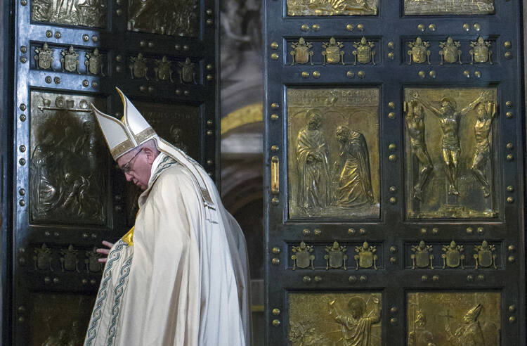 Francisco cierra la Puerta Santa de la Basílica de San Pedro antes de una misa para celebrar el Jubileo extraordinario de la Merced en el Vaticano el 20 de noviembre Al concluir el Año Santo, el Papa pidió clemencia para convertirse en una parte permanente de la vida de los creyentes.  (SNC foto / Maria Grazia Picciarella, piscina)