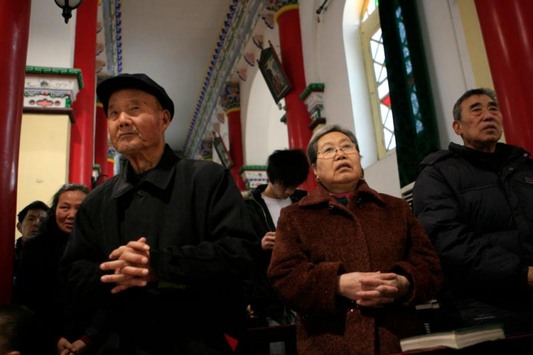 Chinese Catholics pray during Mass in 2007 at St. Francis Cathedral in Xi'an. (CNS photo/Nancy Wiechec)