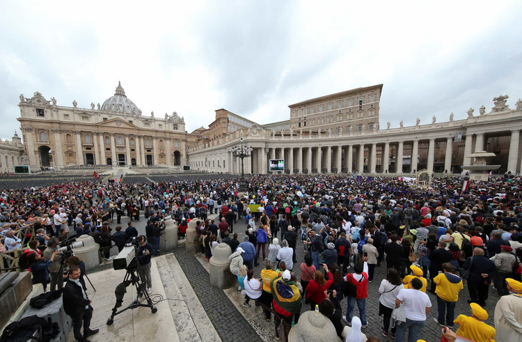 A large crowd is seen as Pope Francis leads the Angelus in St. Peter's Square Oct. 22 at the Vatican. (CNS photo/Tony Gentile, Reuters)