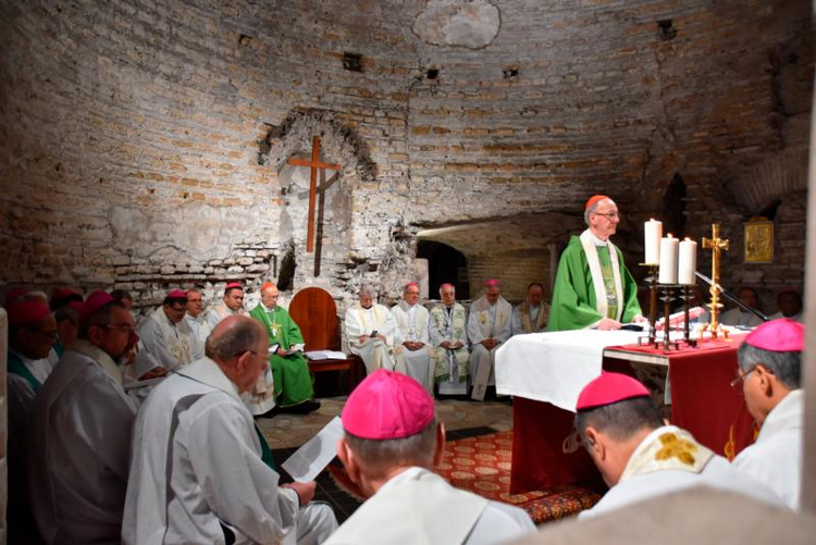 Synod members sign new pact in the Catacombs of Domitilla, pledge simplicity
