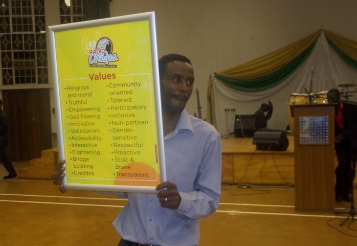 A Radio Chiedza officialpromotes the would-becommunity radio station's mission in Harare, Zimbabwe, in 2016.Photocourtesy of Radio Chiedza.