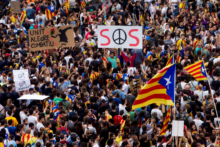 Union supporters in Barcelona, Spain, protest the government Oct. 3. (CNS photo/Quique Garcia, EPA)