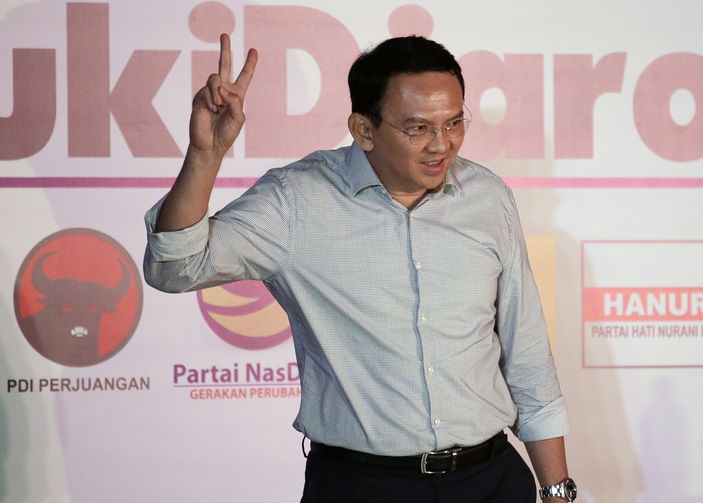 "Jakarta Governor Basuki ""Ahok"" Tjahaja Purnama flashes a ""V"" sign during a press conference in Jakarta, Indonesia, Wednesday, April 19, 2017. Unofficial results showed the minority Christian governor was resoundingly defeated Wednesday by his Muslim challenger, after a campaign that cracked open religious and racial divides in the world's most populous Muslim nation. (AP Photo/Dita Alangkara)"