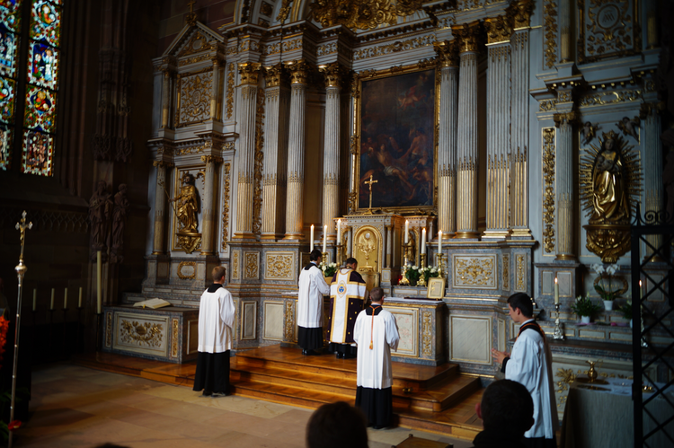 Tridentine High Mass at Saint-Laurent Chapel, in the Strasbourg Cathedral Notre Dame, for Sainte Jeanne d'Arc. (Wikimedia Commons)