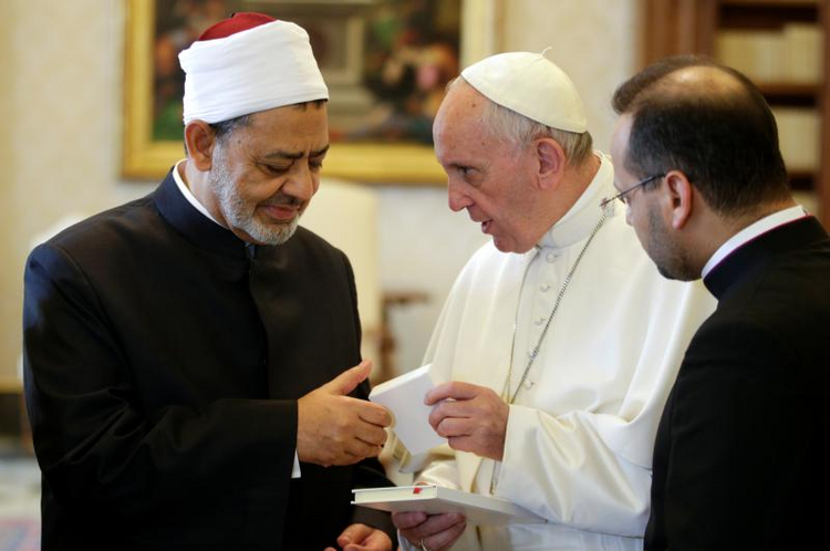 Pope Francis exchanges gifts with Ahmad el-Tayeb, grand imam of Egypt's al-Azhar mosque and university, during a private meeting at the Vatican May 23. (CNS photo/Max Rossi, Reuters)