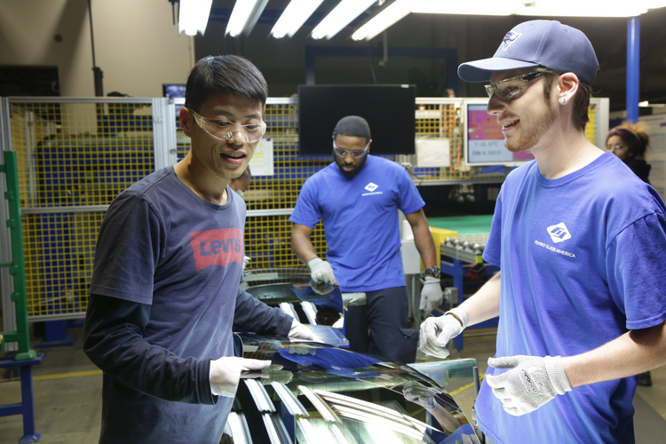 Workers from China are eager to show that a Chinese factory can prosper in the United States in 'American Factory' (photo: Netflix).