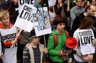 Jóvenes manifestantes se reúnen frente al Parlamento en Londres el 24 de octubre para pedir que se permita el acceso de más niños refugiados al asilo y al paso seguro al Reino Unido.  (Foto CNS / Mary Turner, Reuters)
