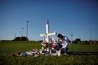 Joe Zevuloni llora frente a una cruz colocada en un parque para conmemorar las víctimas del tiroteo en la cercana Marjory Stoneman Douglas High School en Parkland, Florida, El 16 de febrero.  Al menos 17 personas murieron en el tiroteo del 14 de febrero.  (Foto CNS / Carlos Garcia Rawlins, Reuters)